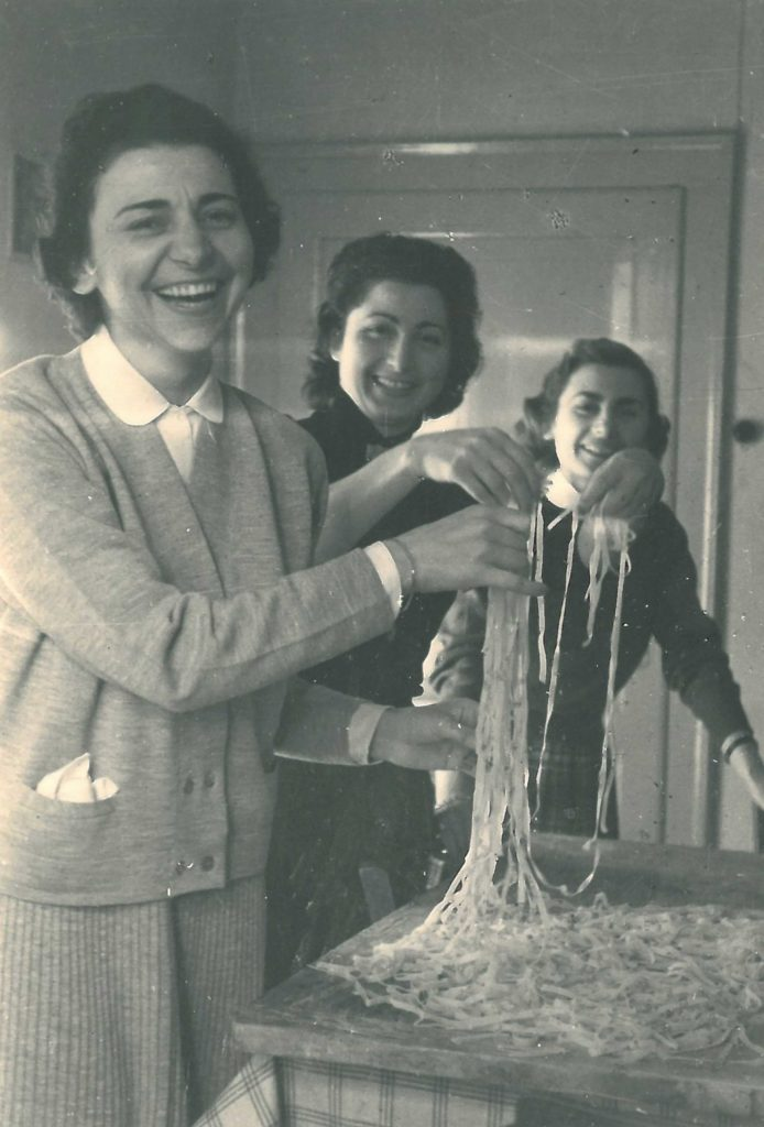12-10-1956: Ebe Baldi, Angelina Poli (maestra a Barcon) e Liliana Castaldi (maestra a Vedelago) nell'appartamento di servizio alla scuola elementare